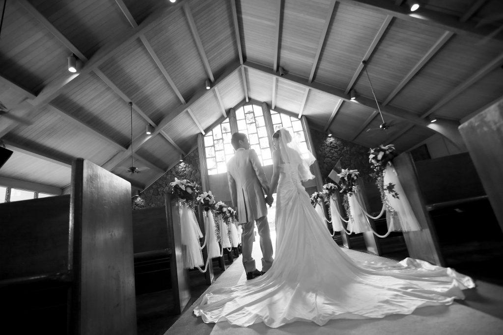 007 ハワイウェディング 教会 モノクロ Photo by TAKA (AFLOAT Hawaii)