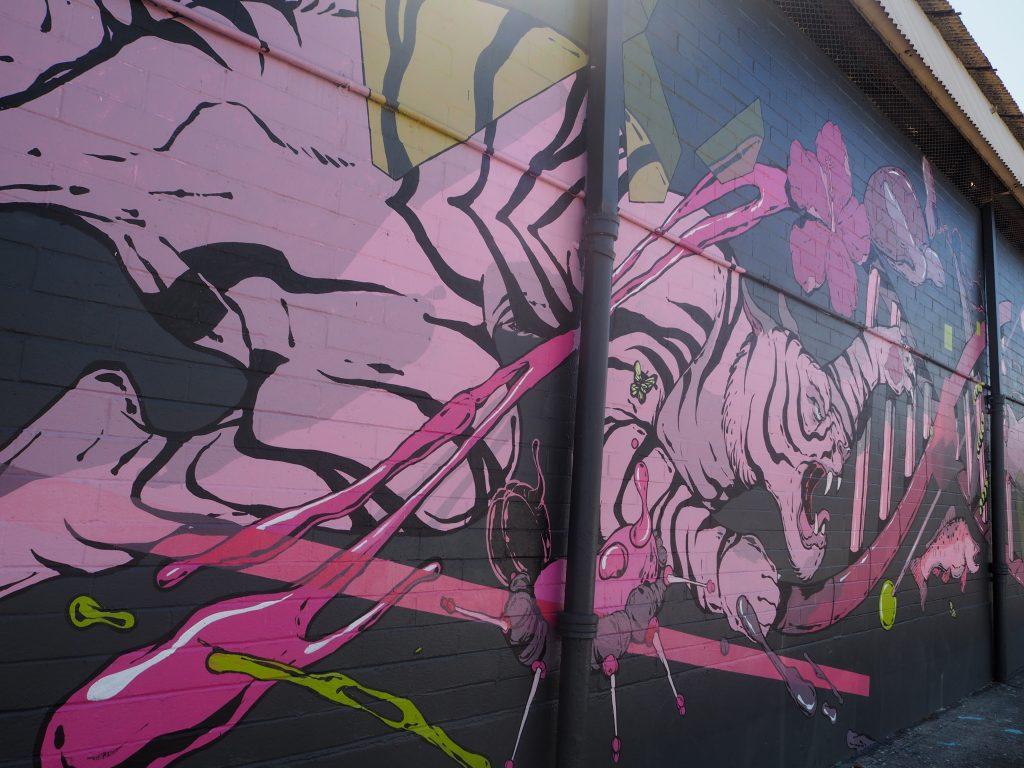 カカアコ ウォールアート ピンクのトラ