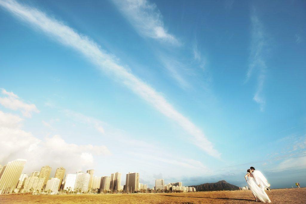 ハワイの空と海とウェディングドレス Photo by Goerge (AFLOAT Hawaii)