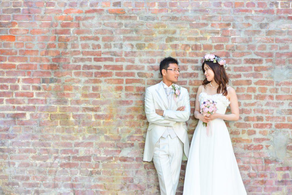 ハワイフォトツアー ダウンタウンのレンガの壁と新郎新婦