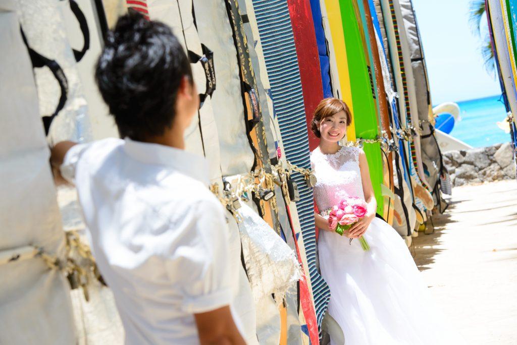 ハワイフォトツアー ウェディングドレスとサーフボード Photo by MARU (AFLOAT Hawaii)