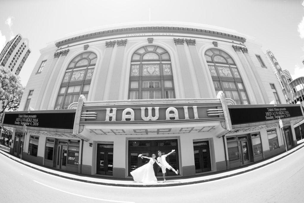 ハワイシアターでウェディングフォト Photo by MARU (AFLOAT Hawaii)