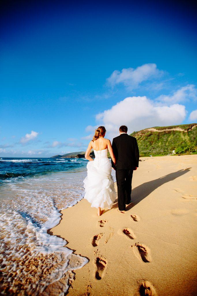ハワイウェディング砂浜 Photo by Chrissy (AFLOAT Hawaii)