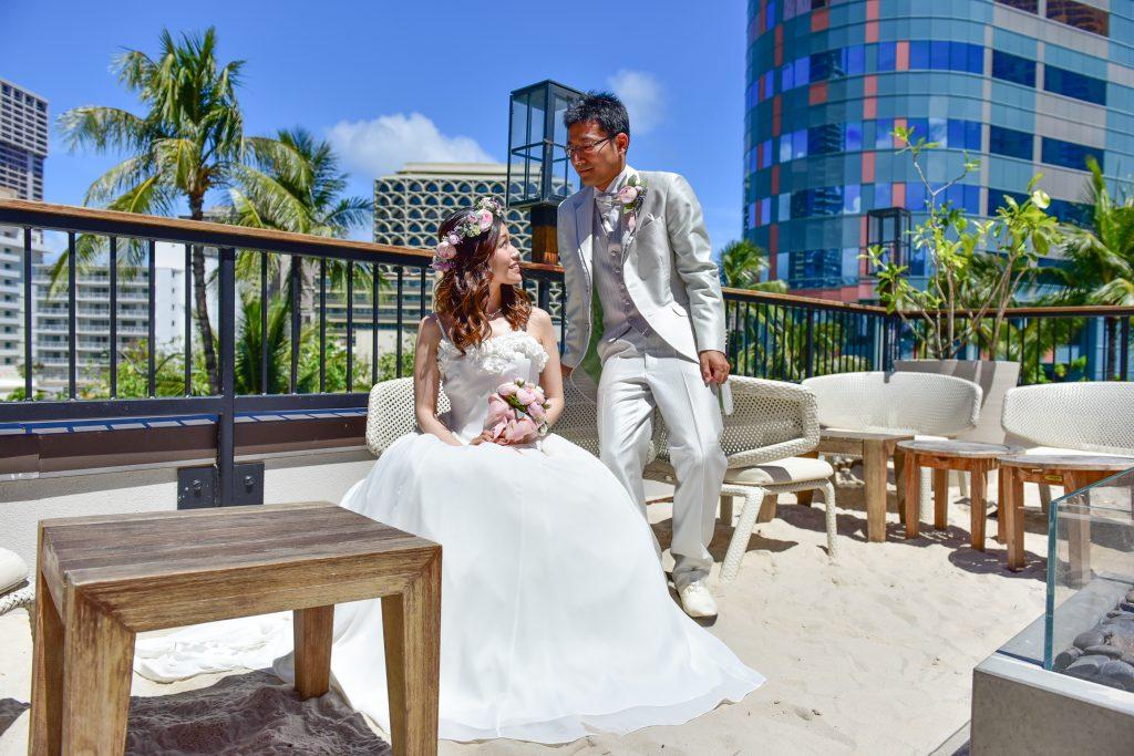 ハワイ トミーバハマ 白砂のテラスとウェディングドレス Photo by MARU (AFLOAT Hawaii)