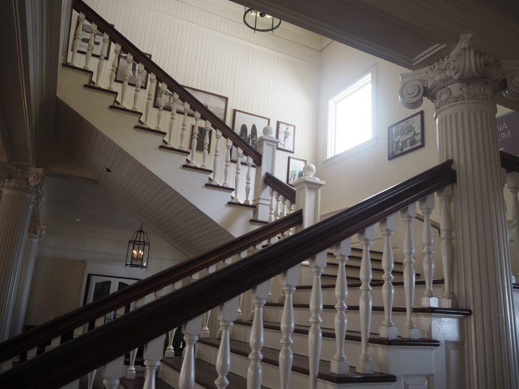 ハワイフォトツアー ホテル内撮影 モアナサーフライダーお洒落な階段