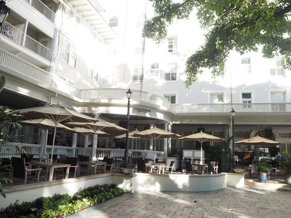 モアナサーフライダーホテル 中庭テラス席