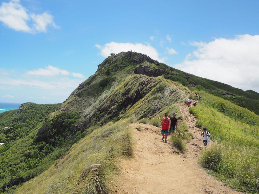 ハワイ ハイキング すれ違う人々