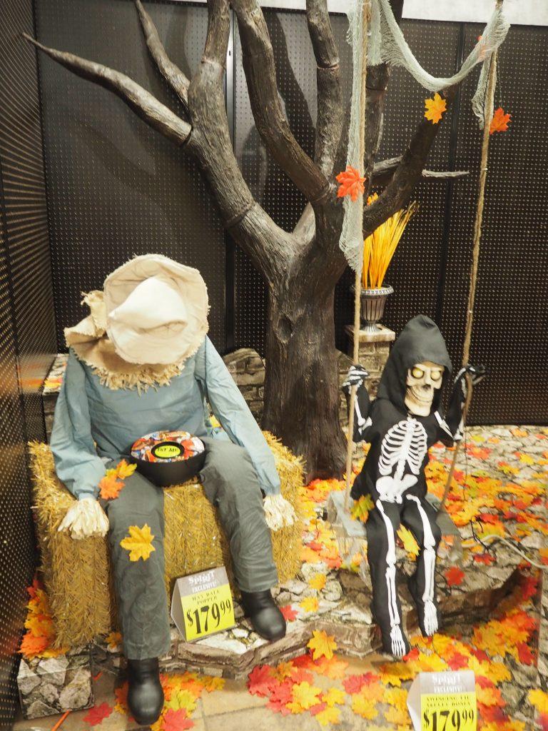 アラモアナショッピングセンター ハロウィングッツ骸骨のお人形がお出迎え