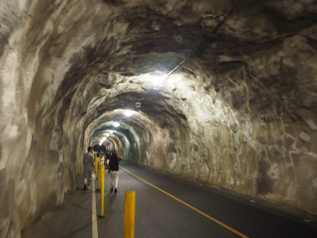 ハワイ 登山 ダイアモンドヘッド トンネル
