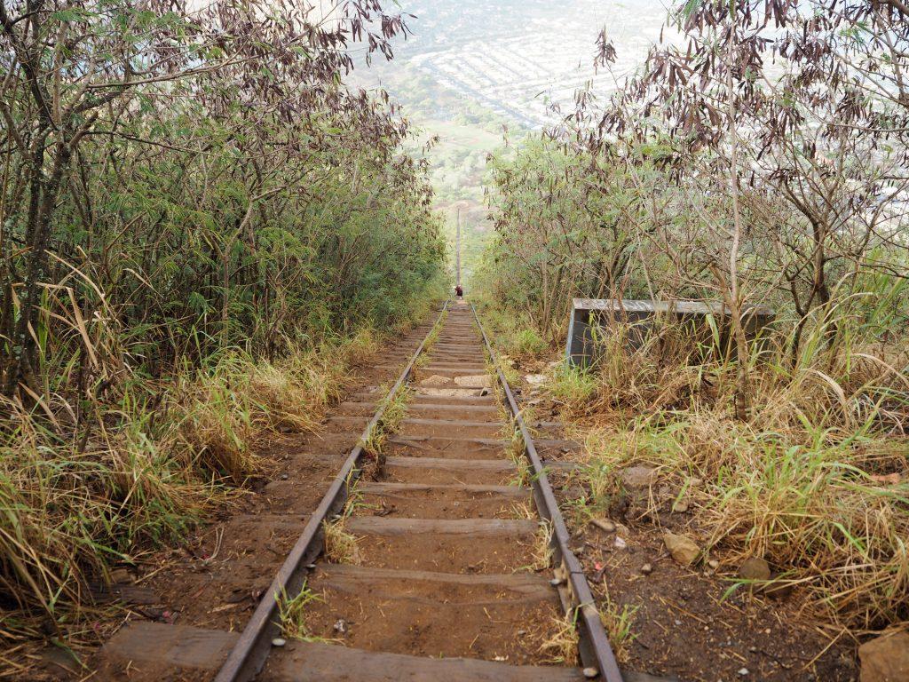 ハワイ 階段 山