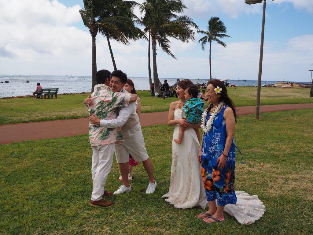 ハワイ 結婚式 レイ贈呈 ハグ
