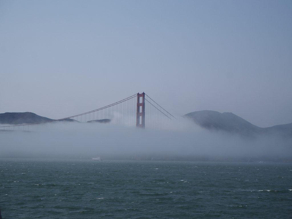 ゴールデンゲートブリッジ 霧 すごい